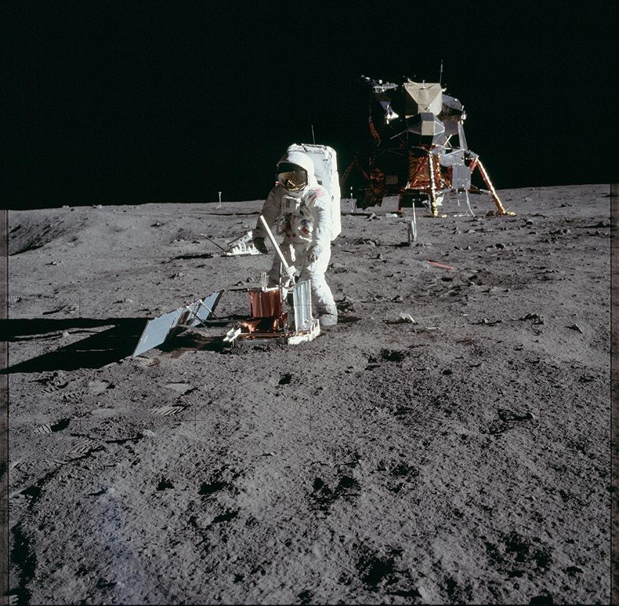 Edwin Aldrin monta uma unidade sísmica - ferramenta usada para medir sismos - na superfície lunar. /Crédito: NASA