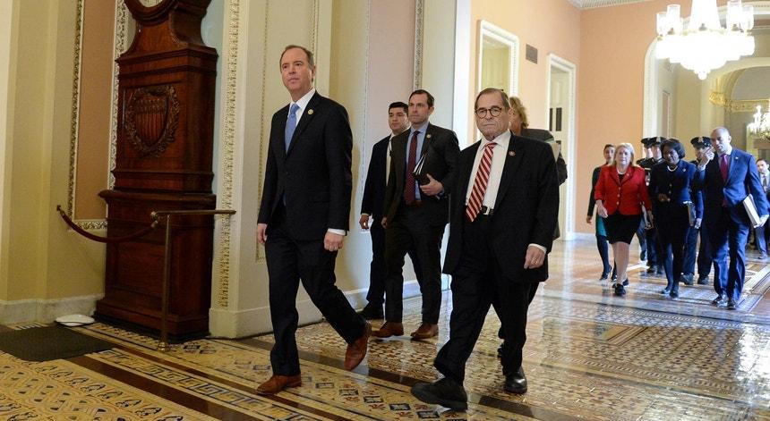 A equipa de acusação de Donald Trump, liderada pelo representante democrata Adam Schiff, a caminho do Senado para o segundo dia de apresentação dos seus argumentos, a 23 de janeiro de 2020