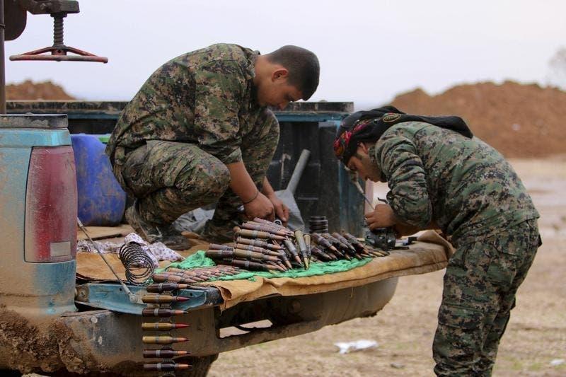 Combatentes curdos inspeccionam munições Foto: Reuters