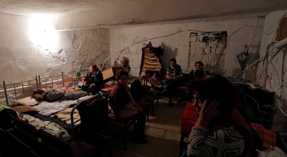 Cidade de Martuni, civis em abrigo numa cave de escola   Reuters