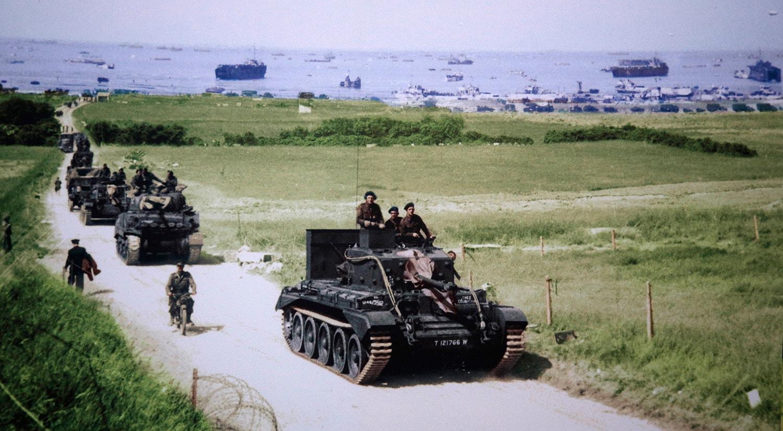 Tanques ingleses a chegar à praia de Gold depois de ter sido conquistada /Reuters