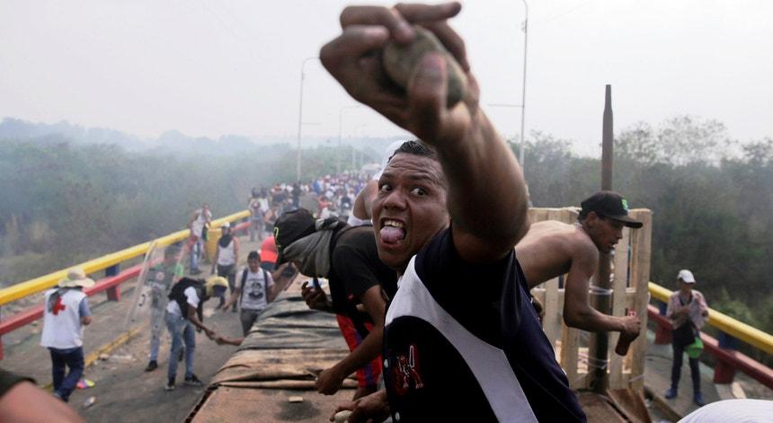 Foram registados novamente incidentes este domingo nas pontes que ligam a Venezuela à Colômbia