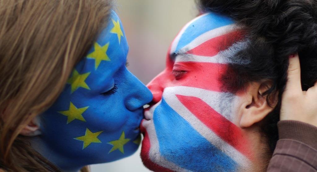 Dois ativistas com as bandeiras da UE e o Reino Unido pintadas no rosto,  em frente ao Portão de Brandenburgo, em Berlim, protestam contra a saída britânica da União Europeia. 19 junho 2016. REUTERS/Hannibal Hanschke