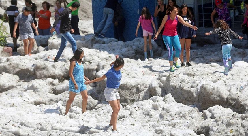 Porém, algo bizarro aconteceu durante a noite de sábado passado e, na manhã seguinte, a cidade acordou coberta de granizo