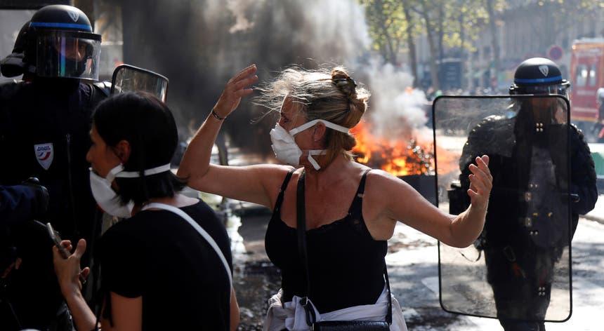 Na capital francesa, ativistas vestidos de preto entraram em confronto com as forças de segurança, depois de se infiltrarem numa manifestação pacífica em defesa do clima