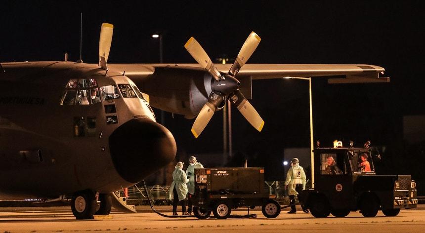 O C-130 da Força Aérea Portuguesa que transportou os portugueses repatriados da China a partir de território francês