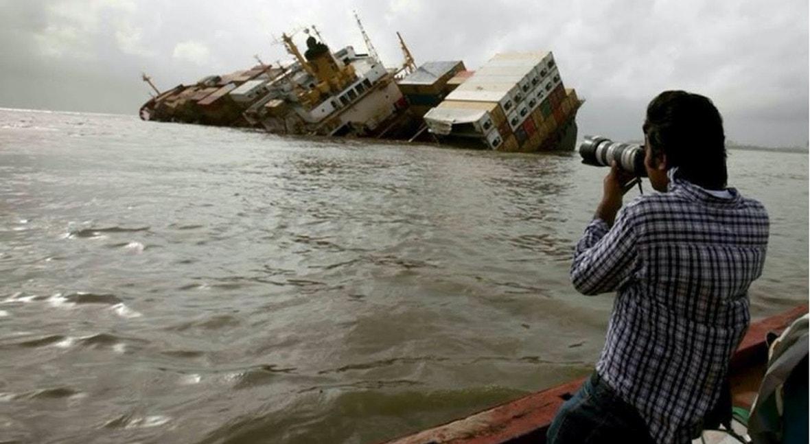 Danish Siddiqui fotografa um navio de carga a afundar-se no Mar Arábico