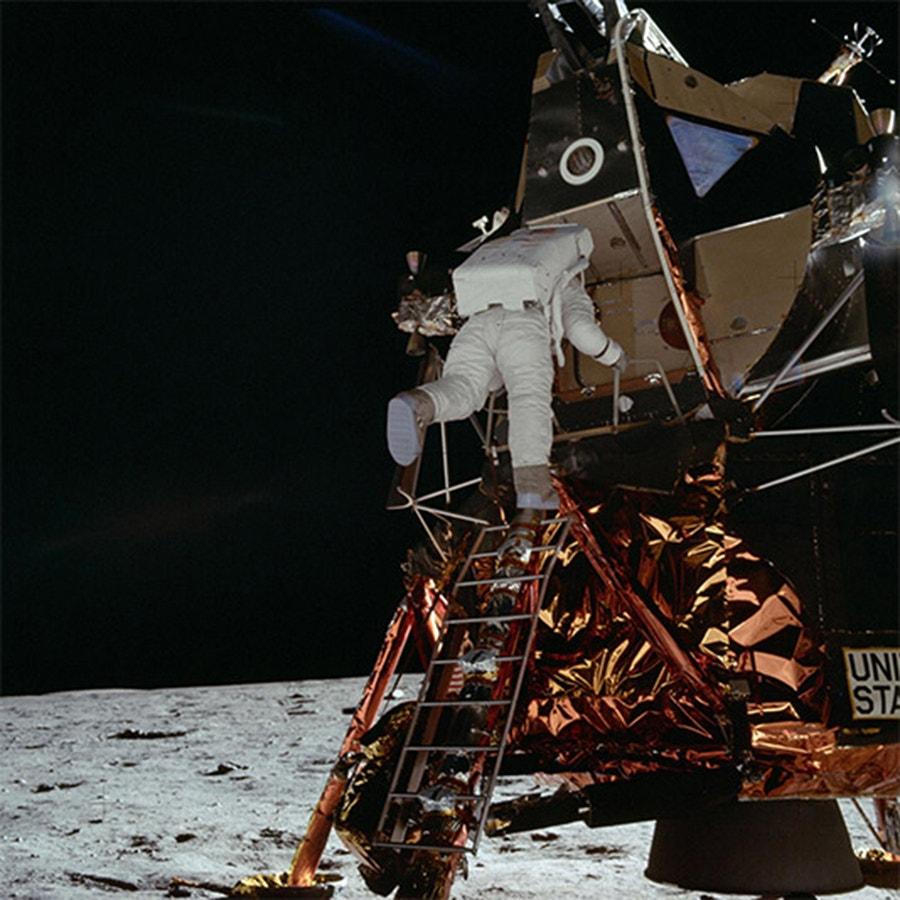 O astronauta Edwin Aldrin sai do Módulo Lunar preparando-se para fazer a sua caminhada histórica na Lua. /Crédito: NASA