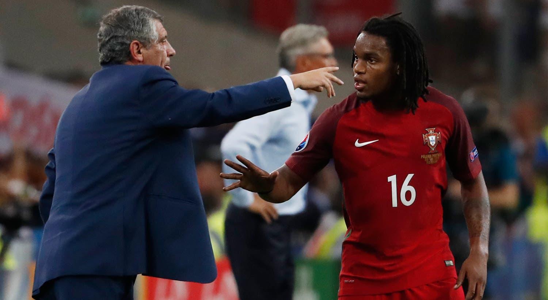 Renato Sanches ouve as indicações de Fernando Santos durante o jogo dos quartos de final, frente à Polónia. O selecionador nacional abre caminho para o jovem e dá-lhe a titularidade no jogo decisivo.