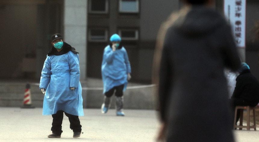 A entrada do hospital de Jinyintan, em Wuhan, no centro da China, onde se encontram internados doentes com pneumonia causada pelo coronavírus