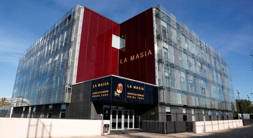Com os jogadores em casa a cumprir um plano de treinos elaborado em La Masia, o clube está praticamente fechado