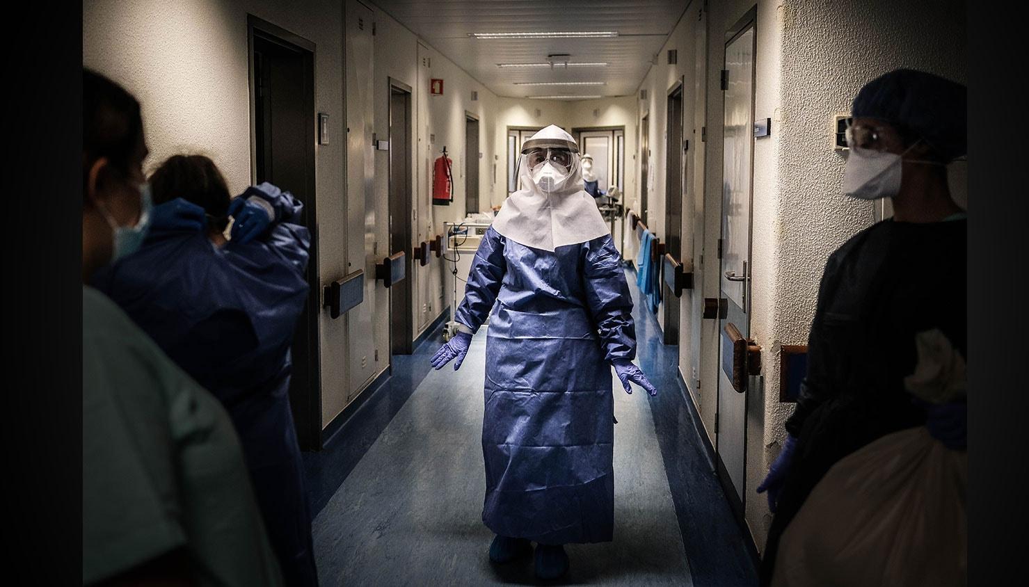 Enfermeiras trocam informações na área reservada para doentes Covid-19. / Mário Cruz - Lusa