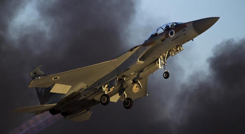 Um F-15 israelita num voo de exibição