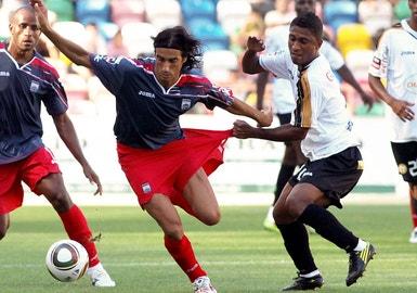 Leandro Tatu  luta pela bola com Zé António da U. Leiria