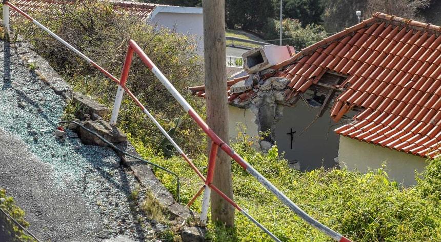 Imagem do estado em que ficou a casa depois do despiste do autocarro na Madeira
