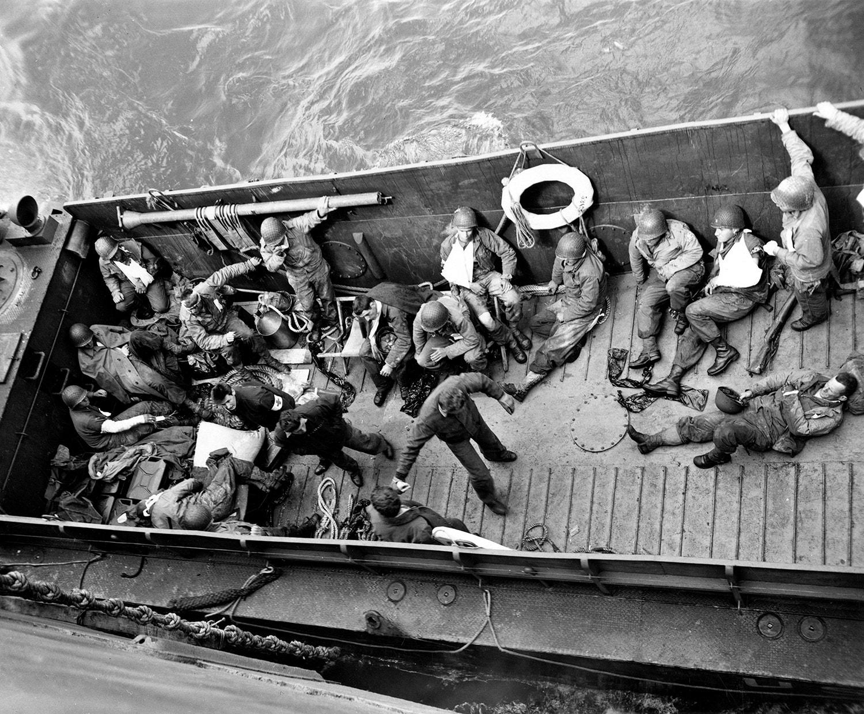 Uma lancha de desembarque transporta os feridos. 6 de junho de 1944 / Coleção da Guarda Costeira norte-americana /Reuters