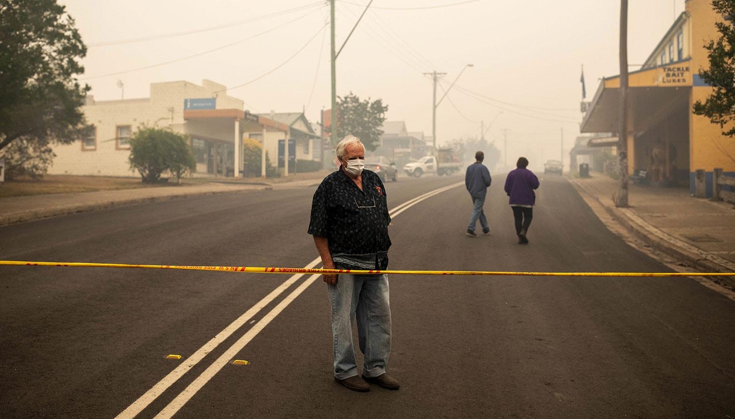 Um morador de Cobargo olha para edifícios destruídos | Sean Davey - EPA