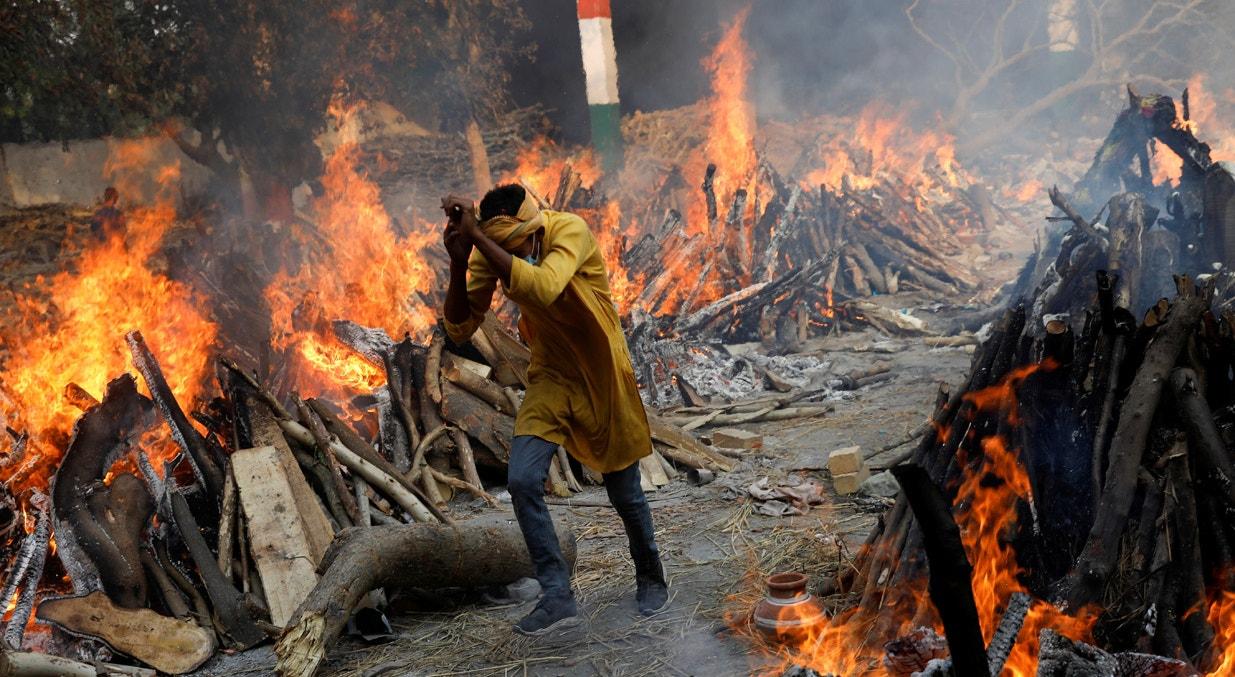 Nova Deli. Cremação na rua | Adnan Abidi - Reuters
