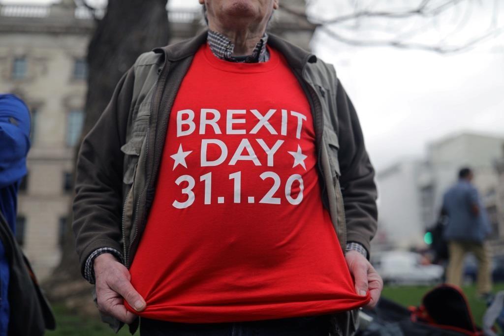 Um homem posa para uma foto na Praça do Parlamento, no dia em que Brexit se concretiza no Reino Unido. 31 janeiro  2020. REUTERS/Simon Dawson