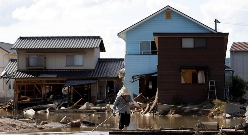 Os níveis de água estão a diminuir de forma gradual e as equipas de emergência já conseguem ter acesso às áreas mais atingidas, indicou à France Presse um funcionário da câmara de Okayama