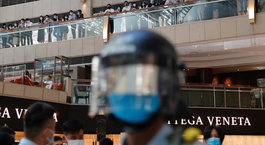 Em consequência da aprovação da lei, poderão esperar-se violentos protestos pró-democracia em Hong Kong.