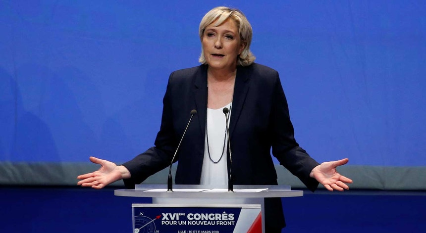 """Marine Le Pen durante o XVI.º congresso, """"refundador"""", da Frente Nacional, em Lille"""