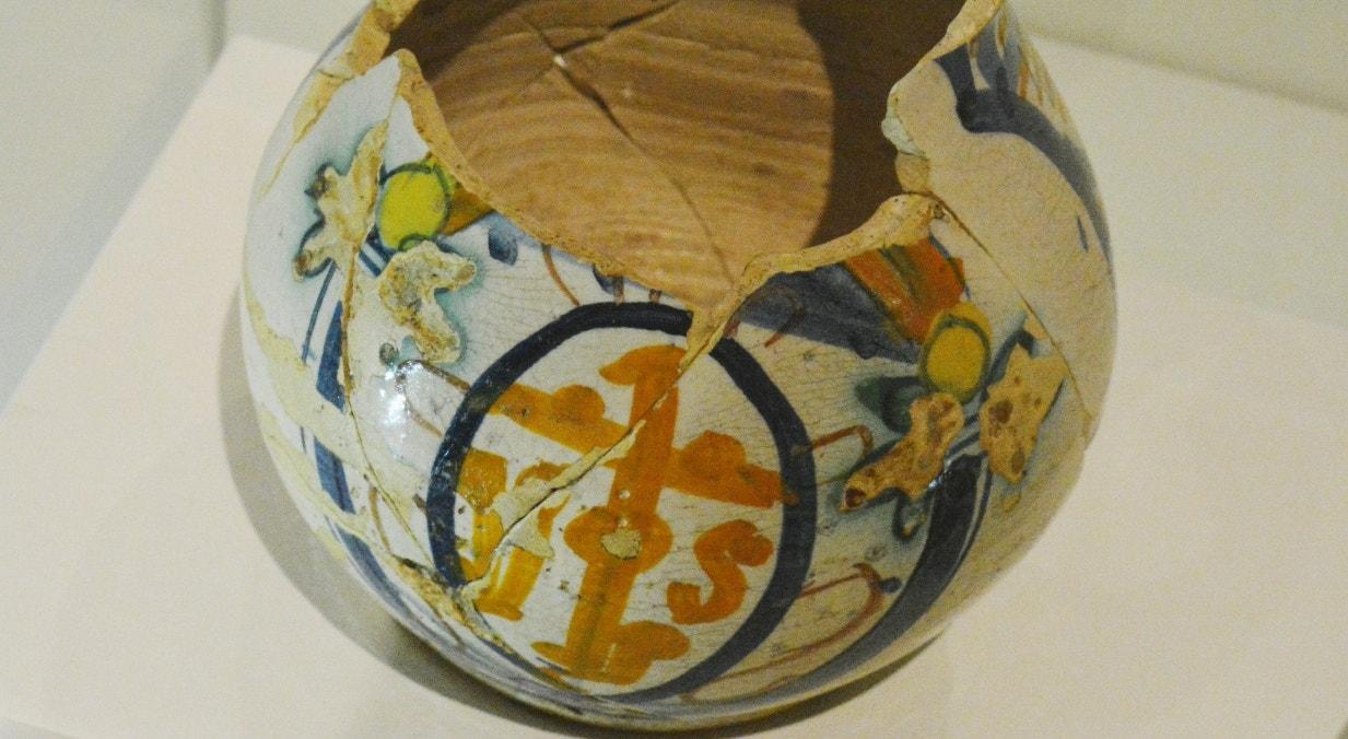 Jarro em majólica. Produção italiana. 1510-1520. Barro vidrado e policromado