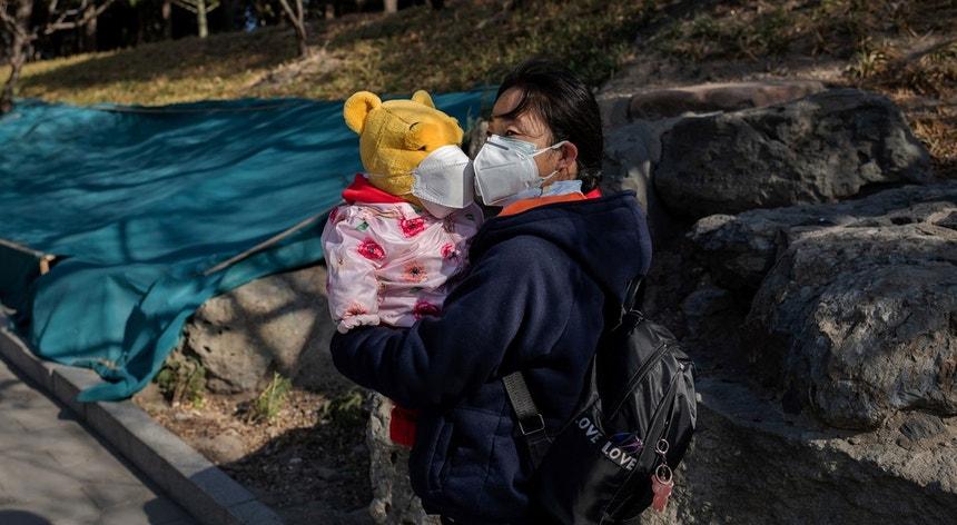 Os chineses procuram proteger-se dos casos que surgem de infetados com o novo coronavírus