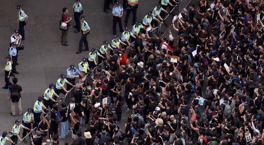 O Executivo de Hong Kong suspendeu o diploma que tem motivado sucessivas vagas de protestos, mas a população reclama garantias adicionais