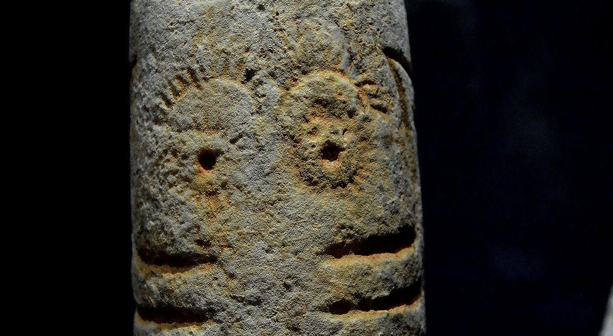 Ídolo cilindro oculado, calcário, 3000-2500 a.C., Alcalar, Portimão   Carla Quirino - RTP