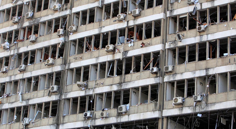 Danos provocados na fachada de um edifício perto do local da explosão   Aziz Taher - Reuters