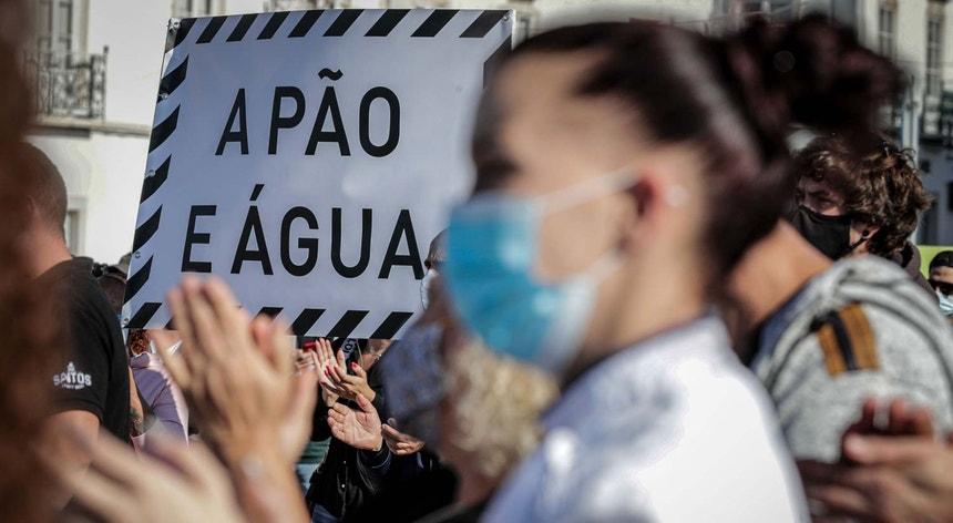 """Manifestação há quatro dias, em Faro, de empresários e trabalhadores do setor da restauração, organizada pelo moovimento """" A pão e Água """" em protesto pelo alegado """"esquecimento """" a que foram votados com as medidas do governo de apoio à Covid-19"""