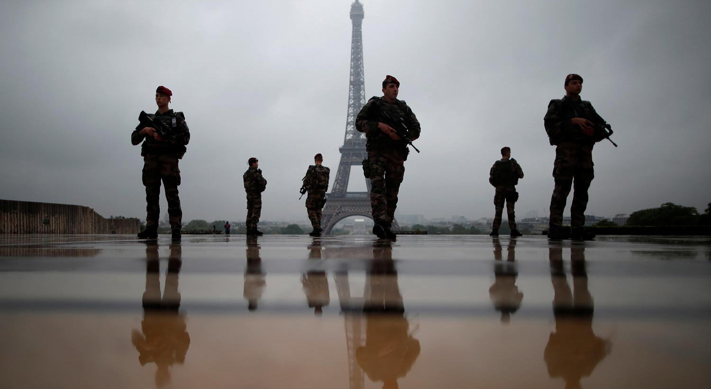 Carro atropela soldados em Paris e faz seis feridos
