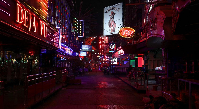 Ruas de bares outrora cheios de pessoas, agora vazios devido à pandemia em Banguecoque, na Tailândia / Jorge Silva - Reuters