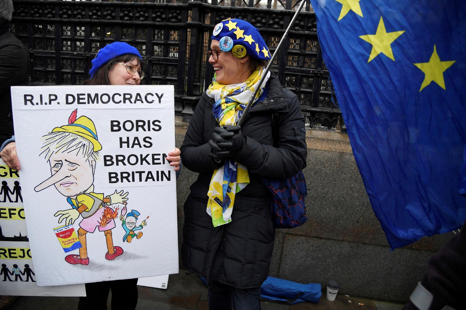 Manifestantes anti-Brexit com uma bandeira da UE manifestam junto do Parlamento em Londres, 30 janeiro  2020. REUTERS/Toby Melville