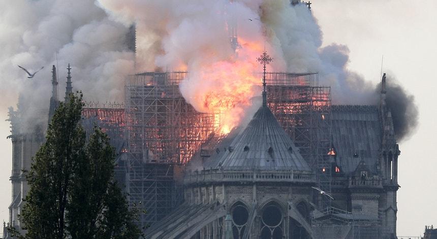 O incêndio começou pelas 18h50 nos sótãos da Catedral de Notre Dame