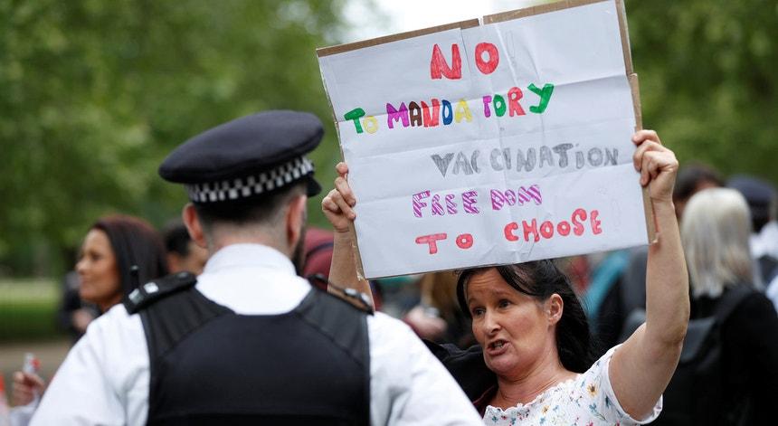 """Um protesto anti-vacinação em Londres, Reino Unido, a 16 de maio. """"Não à vacinação obrigatória. Liberdade de escolha"""", lê-se no cartaz."""