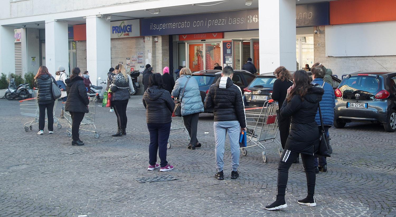 Fila de espera para supermercado para comprar bens essenciais /Ciro De Luca - Reuters