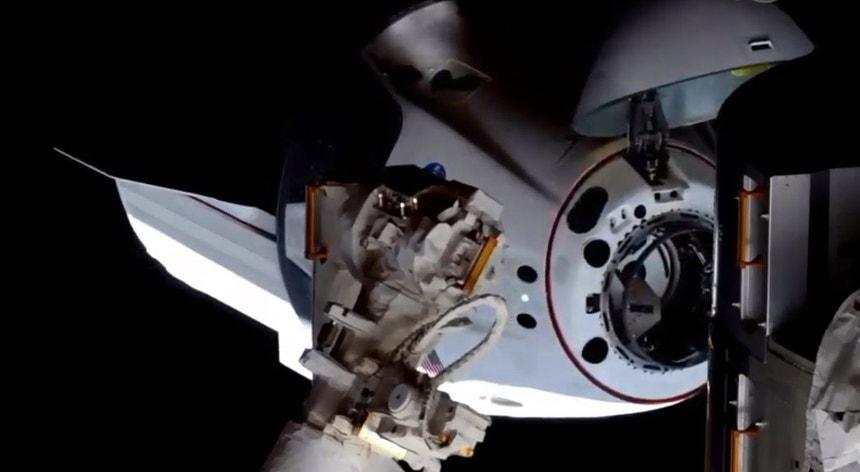 A cápsula Dragon, da empresa SpaceX, está de regresso à Terra