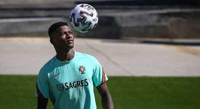 Nuno Mendes falha treino e é baixa confirmada para Munique