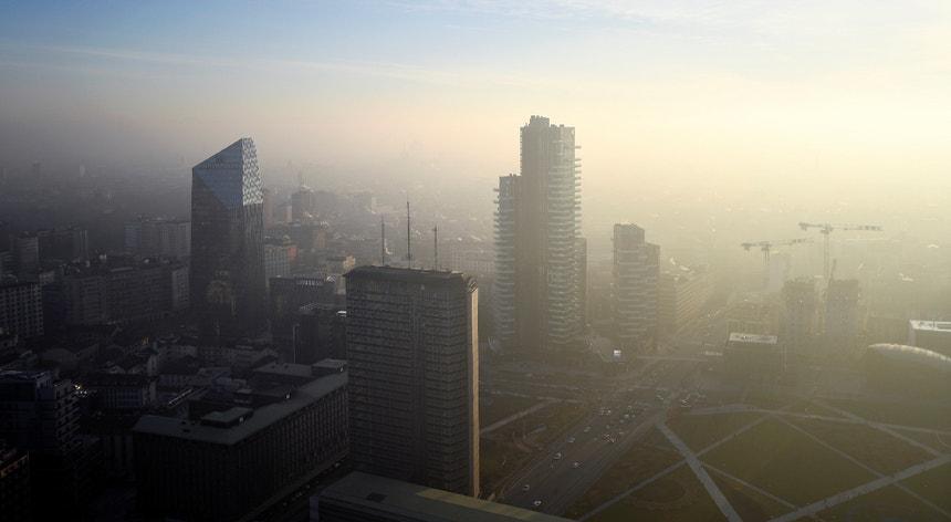 O dióxido de azoto é um agente poluente produzido principalmente por veículos a diesel.
