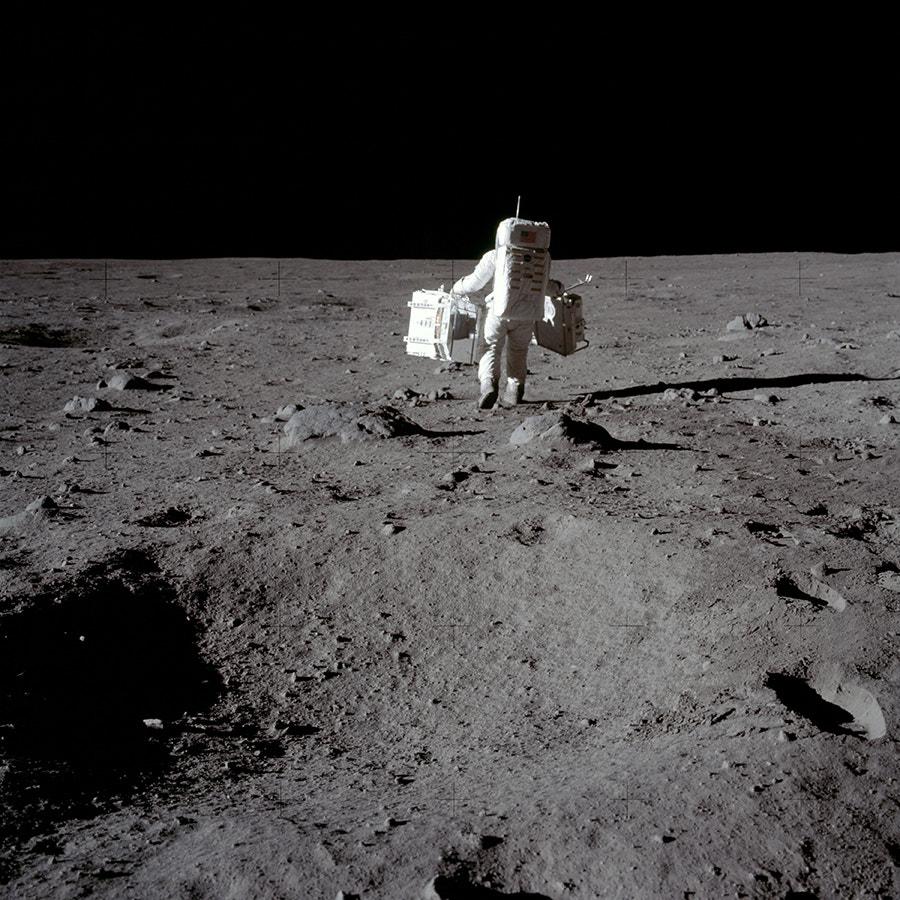 As cruzes das fotografia são marcas de registo que permitem aos geólogos fazer medições fotogramétricas precisas de todos os objetos captados. /Crédito: NASA