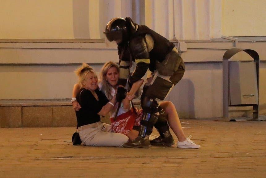Duas nulheres aterrorizadas numa rua de Minsk, a 10 de agosto de 2020 Foto: Reuters