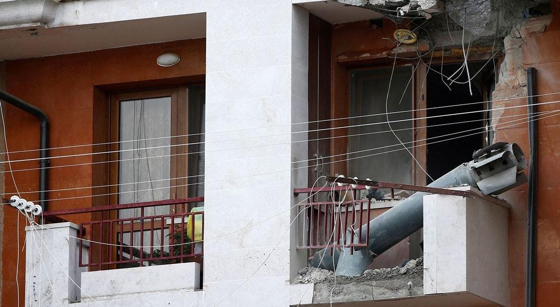 Invólucro de rocket depois de bombearmento   Reuters