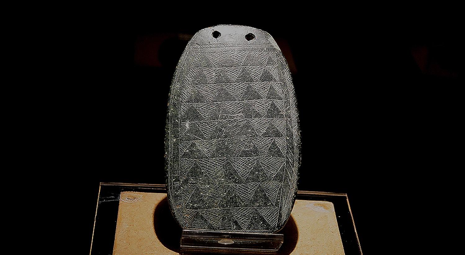 Ídolo placa, xisto, 3000-2500 a.C., Lapa da Galinha, Alcanena, Santarém   Carla Quirino - RTP