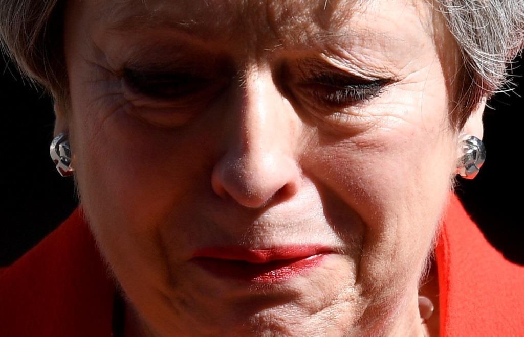 Theresa May chora na declaração que anuncia o afastamento do cargo de líder do Partido Conservador depois de uma longa batalha negocial na formulação de um (bom) acordo para a saída do Reino unido da EU. 24 maio 2019. REUTERS/Toby Melville