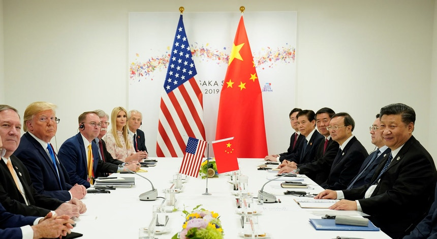 À margem da cimeida do G20 em Osaka, em junho último, as delegações norte-americana e chinesa concordaram em voltar às negociações para pôr fim à guerra comercial.