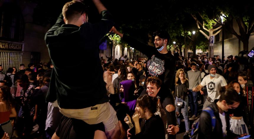 Multidões na rua, bares lotados e festejos pelo fim do estado de alarme em Espanha