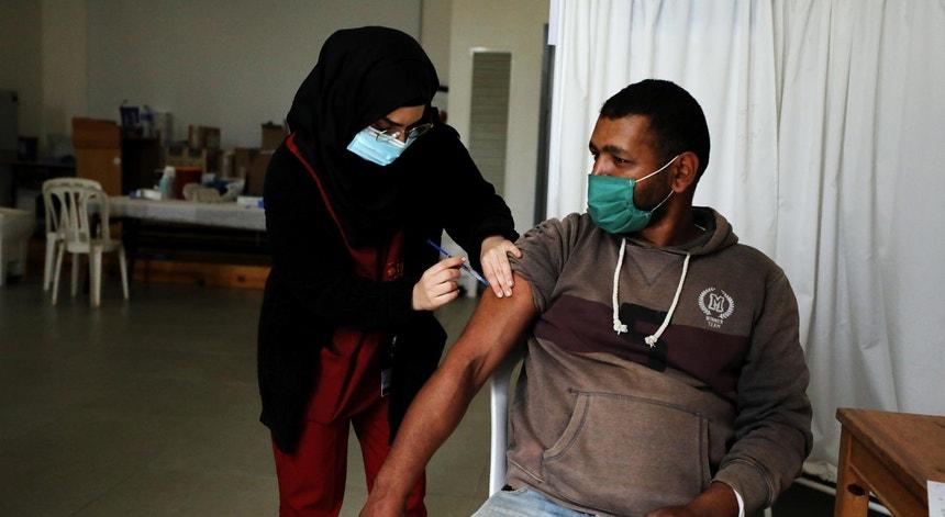 Um trabalhador palestiniano é vacinado contra a Covid-19 na Cisjordânia dia 08de março de 2021