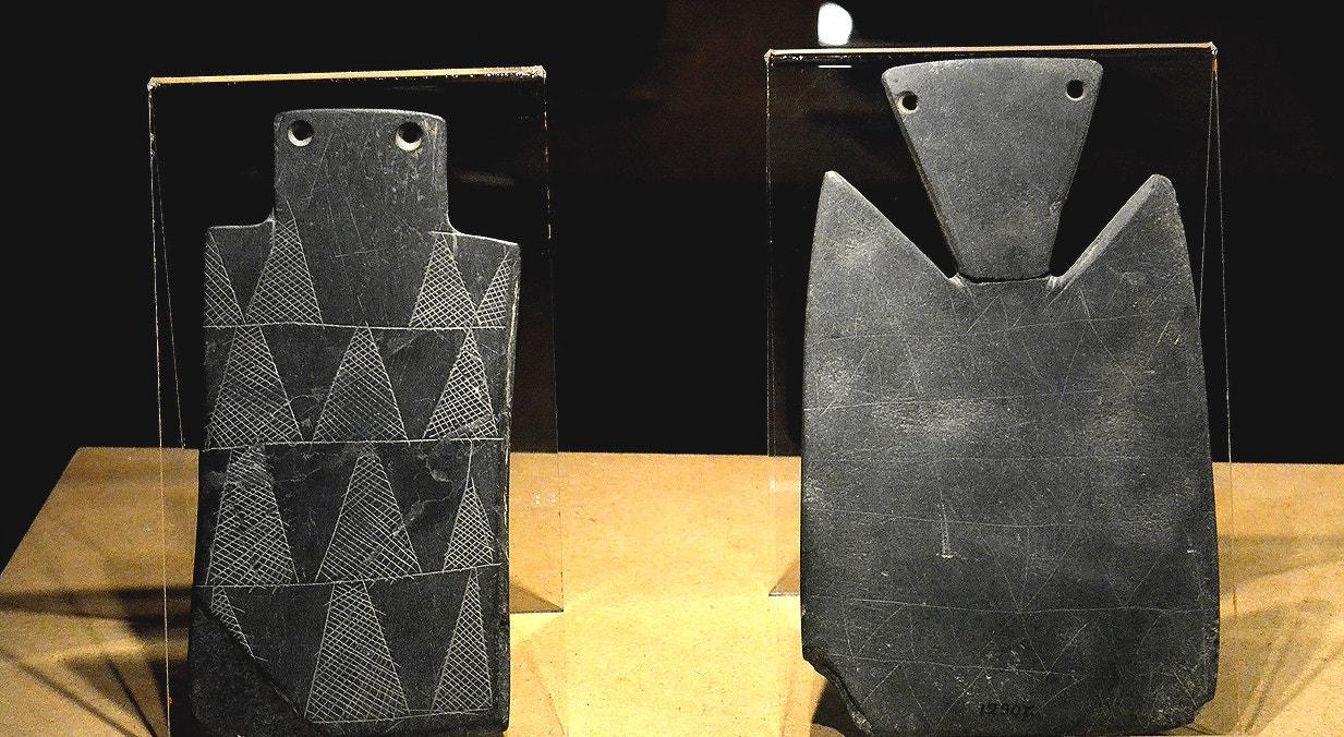 Ídolo placa (esq.), xisto, 3600-2500 a.C., Dolmen de la Vega del Peso, San Vicente de Alcántra, Badajoz. Ídolo placa (dir.), xisto, 3600-2500 a.C., Anta 1 das Cavaleiras, Ponte de Sôr   Carla Quirino - RTP